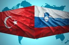 挥动斯洛文尼亚和土耳其旗子 向量例证