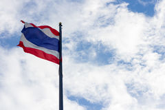 挥动泰国的泰国旗子的图象有蓝天背景 免版税库存图片