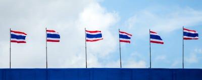 挥动泰国的泰国旗子行的全景图象有蓝天和云彩的 库存图片