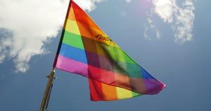 挥动清楚的天空的彩虹旗子慢动作 影视素材