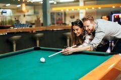 挥动的夫妇,当演奏落袋撞球时 免版税库存照片