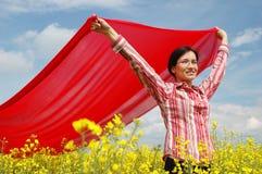 挥动的女孩红色围巾 免版税库存照片
