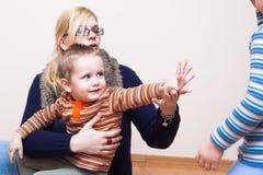 挥动的妇女和的孩子再见 免版税库存照片