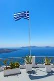 挥动的希腊旗子在圣托里尼 免版税库存照片