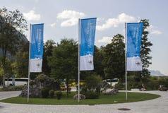 挥动的旗子在湖的Koenigssee,德国Schoenau, 2015年 免版税库存照片
