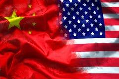 挥动的美国和中国旗子 在美国和中国,财政概念之间的跨国公司投资 图库摄影