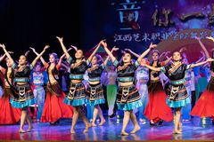 挥动的舞蹈土家族国籍 免版税图库摄影