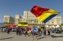 挥动罗马尼亚旗子的年轻人 免版税库存照片