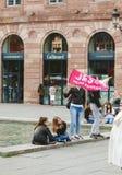 挥动耶稣的妇女是和平旗子在耶稣的-每年int 3月 免版税库存照片