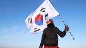 挥动韩国旗子的男性剪影形象