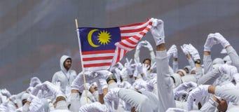 挥动马来西亚旗子Jalur Gemilang的亦称手 库存照片