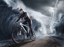 挥动骑自行车者 免版税库存图片