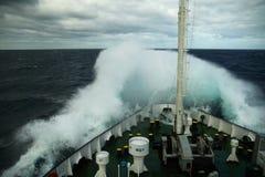 挥动滚动在船的口鼻部 免版税库存图片