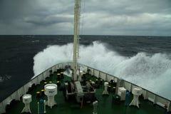 挥动滚动在船的口鼻部 免版税库存照片
