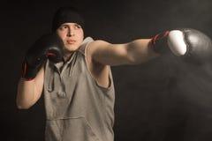 挥拳的年轻拳击手 免版税图库摄影