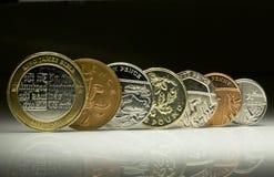 紧挨着平衡的英国货币硬币 免版税图库摄影