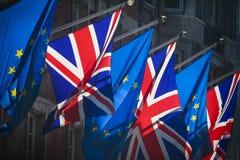 紧挨着飞行的欧盟和的英国的旗子 免版税库存图片