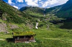 挪威人典型的草屋顶乡间别墅在斯堪的纳维亚全景 免版税库存照片