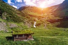 挪威人典型的草屋顶乡间别墅在晴朗的斯堪的纳维亚全景 免版税库存图片