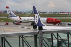挪威人和波兰人航空公司的起飞前的服务飞行 免版税图库摄影