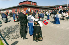 挪威人拿着国旗,五颜六色的传统服装 图库摄影