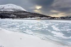 挪威冬天风景,结冰的海湾 库存图片