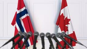 挪威和加拿大的旗子在国际会议或交涉新闻招待会 股票录像