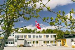 挪威学校,在挪威的帆柱旗子中间 免版税库存照片