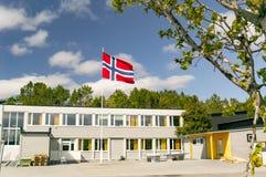 挪威学校,在挪威的帆柱旗子中间 库存照片
