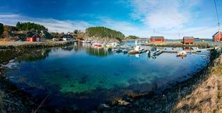 挪威小游艇船坞春天视图有放置在a的渔船的 图库摄影