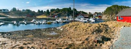 挪威小游艇船坞春天视图有放置在a的渔船的 库存图片