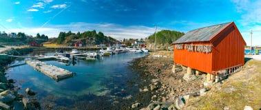 挪威小游艇船坞春天视图  库存图片