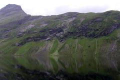 挪威山湖阴云密布 库存图片