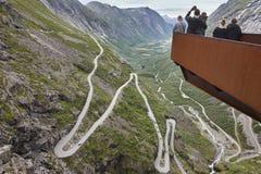 挪威山路 Trollstigen 挪威游人观点 免版税图库摄影