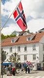 挪威旗子飞行在小镇的中心 免版税库存照片
