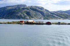 挪威海岸和有红色房子的少许海岛 图库摄影