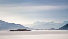 挪威海海岸阴霾云彩的  烽火台日本岩石俄国海运 免版税库存照片