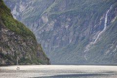 挪威海湾横向 游艇旅行 参观挪威 旅游业 库存照片
