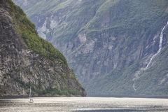 挪威海湾横向 游艇旅行 参观挪威 旅游业 免版税库存照片