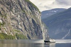 挪威海湾横向 Hellesylt, Geiranger巡航旅行 库存照片