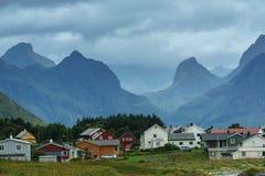 挪威海湾的海岸的村庄 免版税库存图片