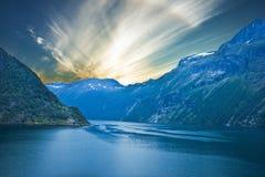 挪威海湾,日落山海边Geiranger 免版税图库摄影