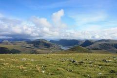 挪威湖、小山和绿色山谷,多云天空 免版税库存照片