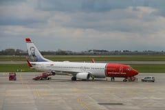 挪威航空公司的起飞前的服务在华沙飞行 库存照片