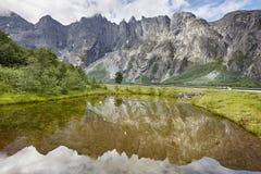 挪威风景 拖钓墙壁断层块山Trollveggen Romsda 免版税图库摄影