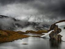 挪威高地的湖 免版税库存照片
