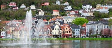 挪威,卑尔根- 2012年5月15日:里尔Lungegardsvannet看法在市的中心卑尔根在霍达兰县 免版税库存照片