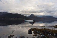 挪威,在海湾的小船 免版税库存照片
