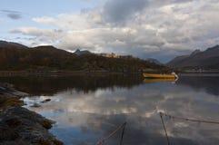 挪威,在海湾的小船 免版税图库摄影