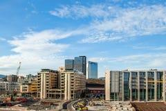 挪威,奥斯陆2013年8月1日:江边的建筑在歌剧院附近 建筑工作在一个大城市 库存照片